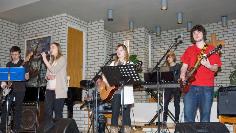 Rocka lovsang med riff i baptistkirka