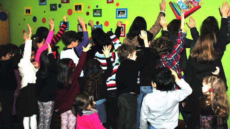 Barn hjelper barn